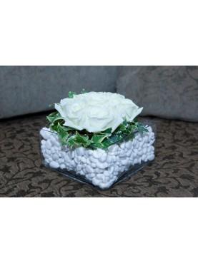 Γυάλινο βάζο με βότσαλα και λευκά τριαντάφυλλα